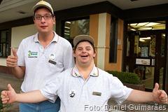 Eric Tamutis Pereira ( à esquerda) e Fernando Puglisi, que têm deficiência intelectual e trabalham no McDonald's